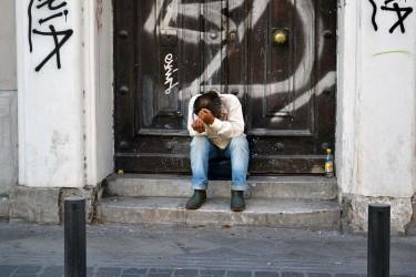 Un indigent demana caritat en un carrer d'Atenes. Foto: Joan Antoni Guerrero