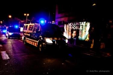 """Imatge d'una furgoneta de la policia amb el cartell electoral de CiU: """"La voluntat d'un poble""""- Andy Ríos Jara (Foto utilitzada amb permís)"""