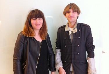 Mariana Viada i Neil Harbisson, de la Cyborg Foundation.